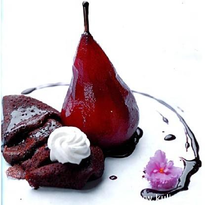 Груша под винным соусом с шоколадными крепами