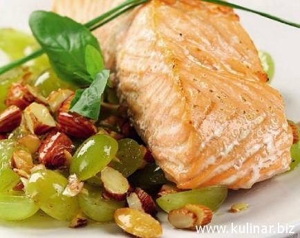 Стейки из лосося с виноградом