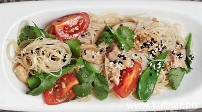 Фунчоза с тунцом и помидорами