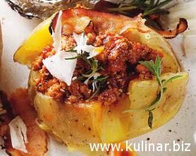 Печеный картофель с соусом болоньезе и хрустящим беконом