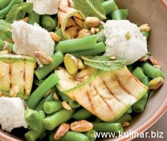 Салат с фасолью, фисташками, рикоттой и мятой