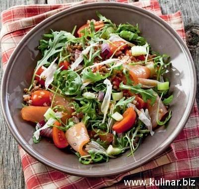 Салат из гречки с индейкой, помидорами черри и руколой