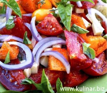 Салат с помидорами, крымским луком и овечьим сыром