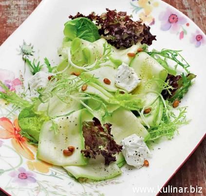 Салат с кабачками и козьим сыром