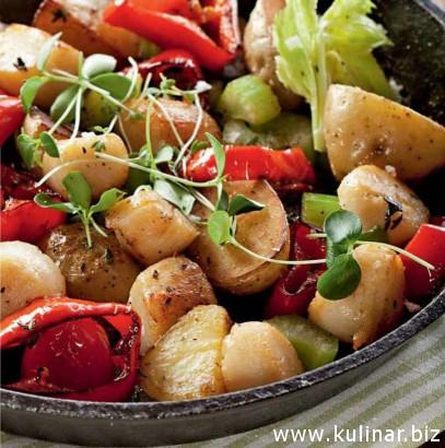 Жареная картошка с морскими гребешками и сладким перцем