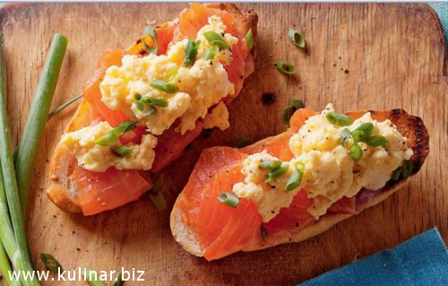 Круассаны с копченым лососем и яичницей - болтуньей