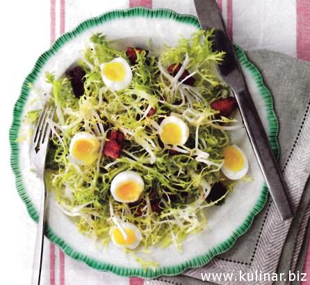 Салат с кровяной колбасой, чоризо и перепелиными яйцами