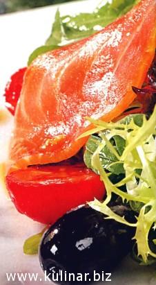 Салат с пряным лососем