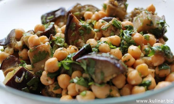 Салат с нутом и баклажанами