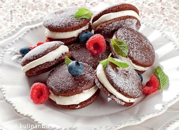 Нежное шоколадное печенье со свежими ягодами