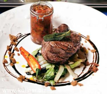 Филе-миньон с теплыми салатными листьями и томатной сальсой
