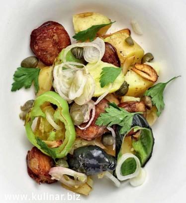 Теплый салат с картофелем, колбасой и сладким перцем