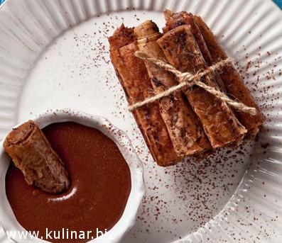 Хрустящие трубочки с шоколадным соусом