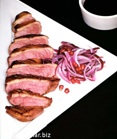 Утиная грудка с луковым салатом