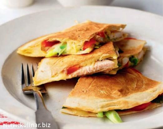 Тортилья с курицей и красным перцем - рецепт