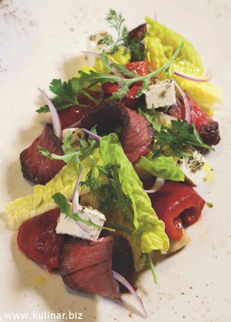 Салат с говядиной гриль, печеным баклажаном и красным луком.